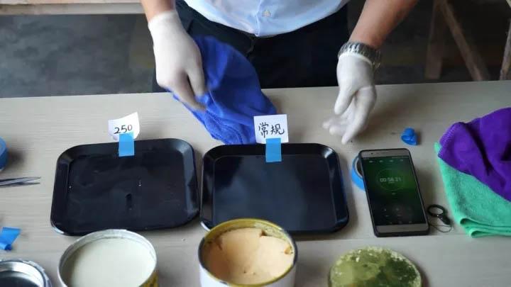 对已涂抹蜜蜡250和常规蜡两种不同脱模蜡的模具表面进行擦拭的对比