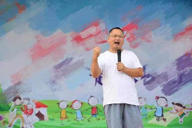 广东博皓公司总经理、鹰之家班主任尹总,为我们本次运动会致开幕词