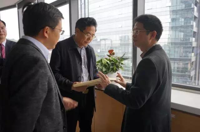 赖厚平董事长带领来宾们参观了广东博皓的复合材料样品,详细介绍了我司的经营产品和研发工艺