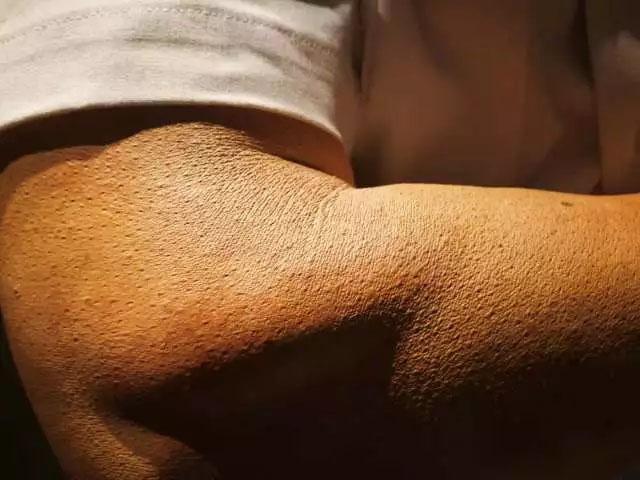 鸡皮疙瘩、老年斑、皱纹、皮肤晒后颜色处理等等细节——树脂雕塑《站岗》
