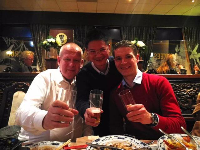 力联思全球市场销售总监Fons Harbers(左)及力联思技术服务经理Benny Luijsterburg(右)与博皓董事长赖厚平合影