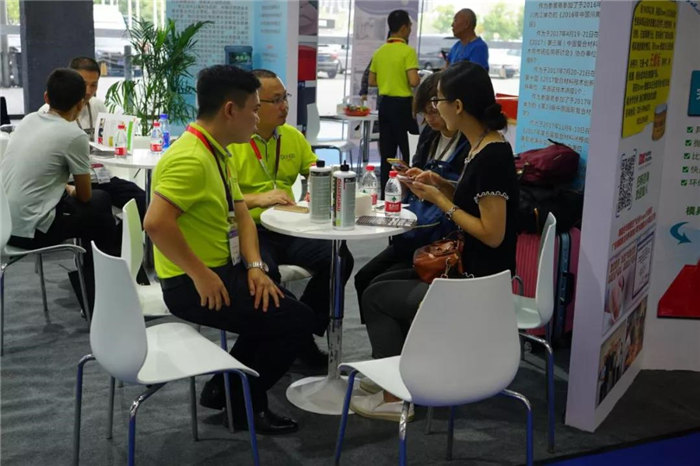 每一位光临广东博皓展位的客人都是我们远方而来的朋友,坐下来喝喝茶、吃吃点心水果,一起聊聊复材那些事-1