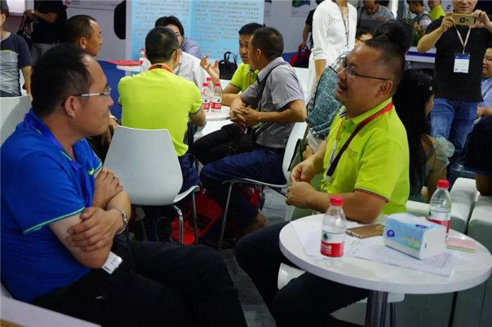 每一位光临广东博皓展位的客人都是我们远方而来的朋友,坐下来喝喝茶、吃吃点心水果,一起聊聊复材那些事-2