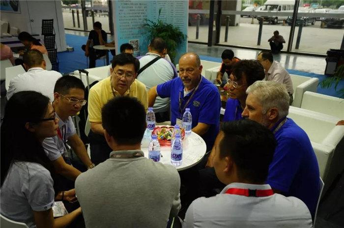 每一位光临广东博皓展位的客人都是我们远方而来的朋友,坐下来喝喝茶、吃吃点心水果,一起聊聊复材那些事-3