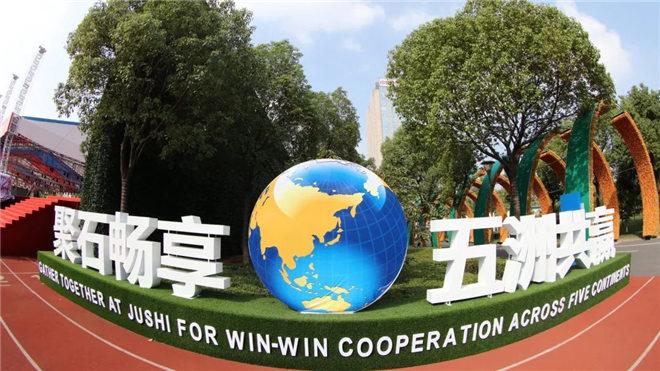 """巨石玻纤年会开成了""""联合国大会"""",年会以""""聚石畅享 五洲共赢""""为主题,这家中国玻纤企业要在全球五大洲建厂"""