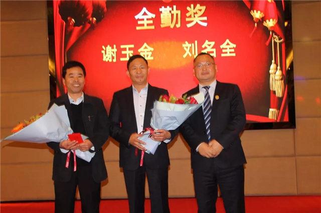 全勤奖(从左至右):谢玉金、刘名全