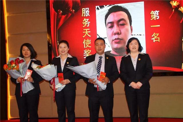 服务天使奖(从右至左):第一名卢大波,第二名刘石香,第三名成雯婷