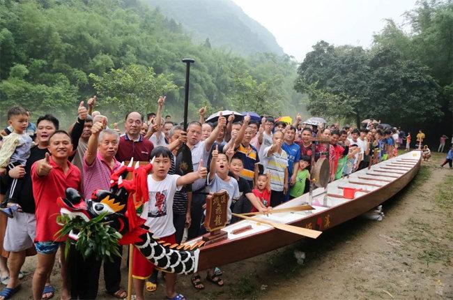 舍弃传统木龙舟!清远村民集资买回玻璃钢龙舟备战龙舟赛