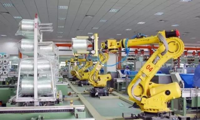 走进中国巨石新材料智能制造基地,在生产车间,自动摆托机器人、取纱机器人等各类工业机器人在计算机的操纵下精准高效作业