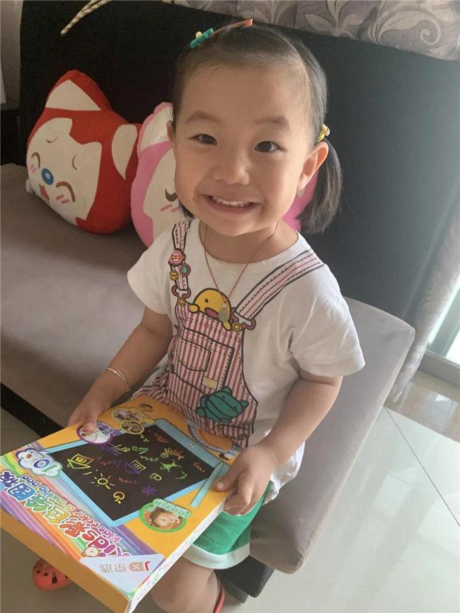 博二代收到了广东博皓儿童节礼物,开心