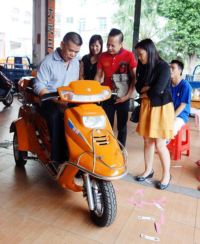 广州博皓为番禺残疾人士郭女士捐赠助残车