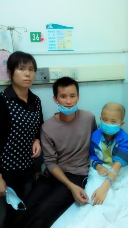 高春耀夫妇在医院照顾生病的儿子