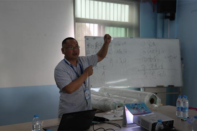 博皓总经理尹秀林为学员们讲解《玻璃纤维知识》、《固化剂促进剂》