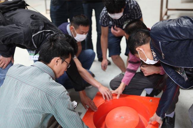 谭老师与学员们一起探讨玻璃钢模具制作的方法和技巧