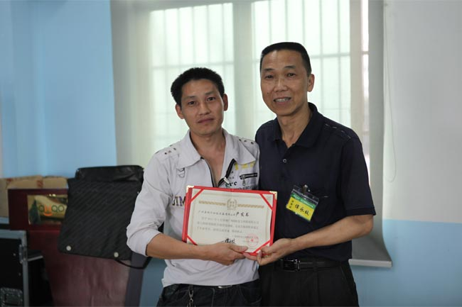 颁发毕业证书-2