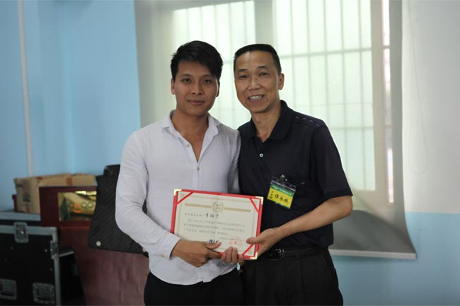 颁发毕业证书-3