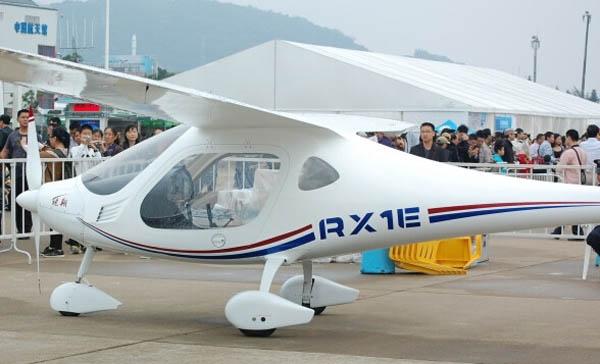 """由沈阳航空航天大学附属的辽宁通用航空协同创新中心研发的我国首款采用全复合材料结构的新能源飞机——锐翔RX1E电动双座轻型运动类飞机,该机性能优越,可广泛用于飞行员培训、观光旅游飞行、高精度航拍航测等用途。近日成功完成低温试飞试验,同时也进入量产阶段。从项目立项到完成适航验证、获得生产许可证,不到4年时间里,锐翔RX1E克服了一道道技术难关,创造了电动飞机研发领域的多项""""第一"""",为实现绿色航空提供了宝贵的技术经验。 以锂电池为能源 每天清晨,只要是晴朗的天气"""